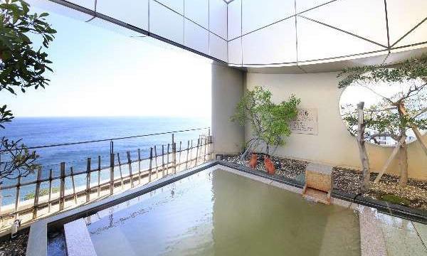 相模湾を一望する大浴場。