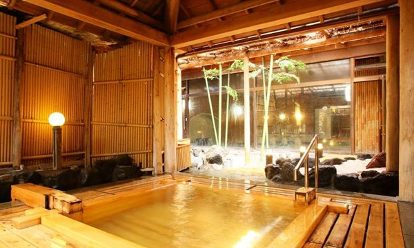 樹齢300年の稀少な銘木『高野槙』を使った露天風呂。