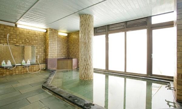 大きな窓から光の差し込む開放的な大浴場。
